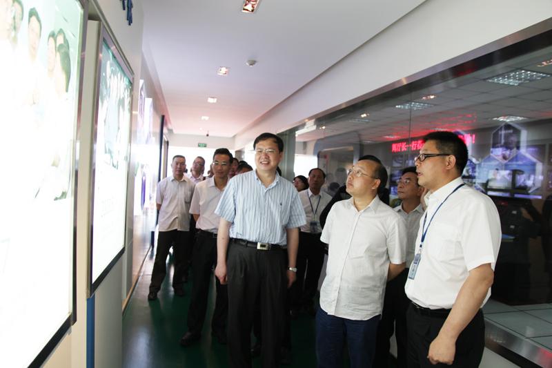 华峰/周厅长在认真听完汇报后,对瑞安市和华峰集团所取得的科研成果...